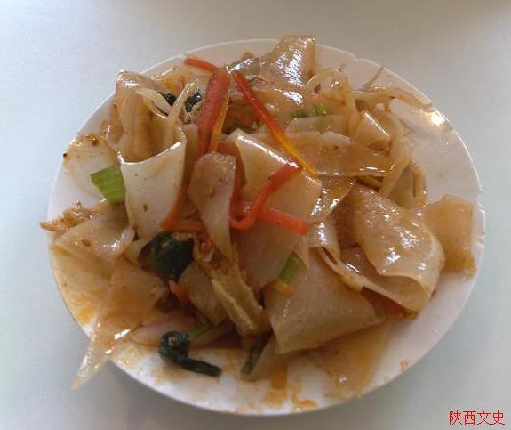 西安是旅游名城,也是著名的美食与小吃之城,在这里可以尽情地品尝三秦美食,西安的美食首先当推两宴和两泡。 所谓两宴,西 安饭庄的陕西风味小吃宴和德发长饺子馆、解放路饺子馆的饺子宴。陕西风味小吃宴素有锦乡陕西之称,它是从全省数百种小吃中精选出近70种,与西安饭庄 的传统看家菜、优质名菜和创新菜组合编排成的特色宴席,供应数十年来盛名不衰。德发长饺子馆、解放路饺子馆都是有着多年历史的中华老字号,供应的饺子 宴独具特色,一饺一格,百饺风味,被誉为千古风味、天下一鲜。 所谓两泡,乃牛
